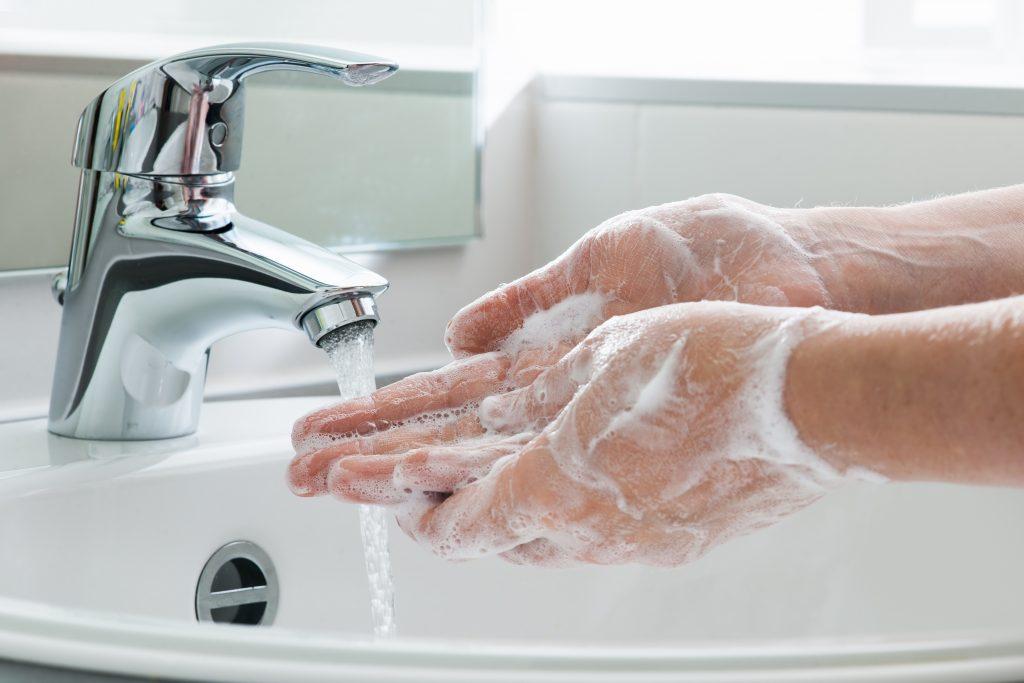 tvättar händer med tvål